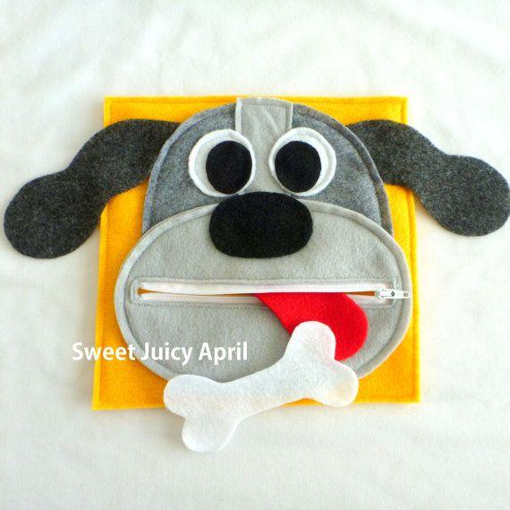 Page de bouche chien fermeture à glissière.  Visage de chien avec bouche de fermeture à glissière. Langue est cousue à lintérieur de la bouche (non démontable, mais peut être roulé/plié vers le haut pour fermer la fermeture éclair). OS de chien peut sortir et être zippée à lintérieur.  Les oreilles du chien sétendent au-delà de la page, afin quils collent à lextérieur de louvrage.  Peut être fait dans nimporte quel schéma de couleurs.  Toutes les pages sont en feutre et mesurent 8 x 8…