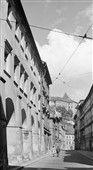 Pohled do Tomášské ulice (3988) • Praha, září 1965 • | černobílá fotografie, od Malostranského náměstí, podloubí, světlo a stín |•|black and white photograph, Prague|