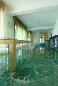 Pavimento in resina verde con sfumature e striature