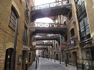 shad thames: In de negentiende eeuw eeuw stonden in hier de grootste pakhuizen van Londen. Hier werden de zakken koffie, thee en kruiden opgeslagen die met schepen over de Theems werden aangevoerd.