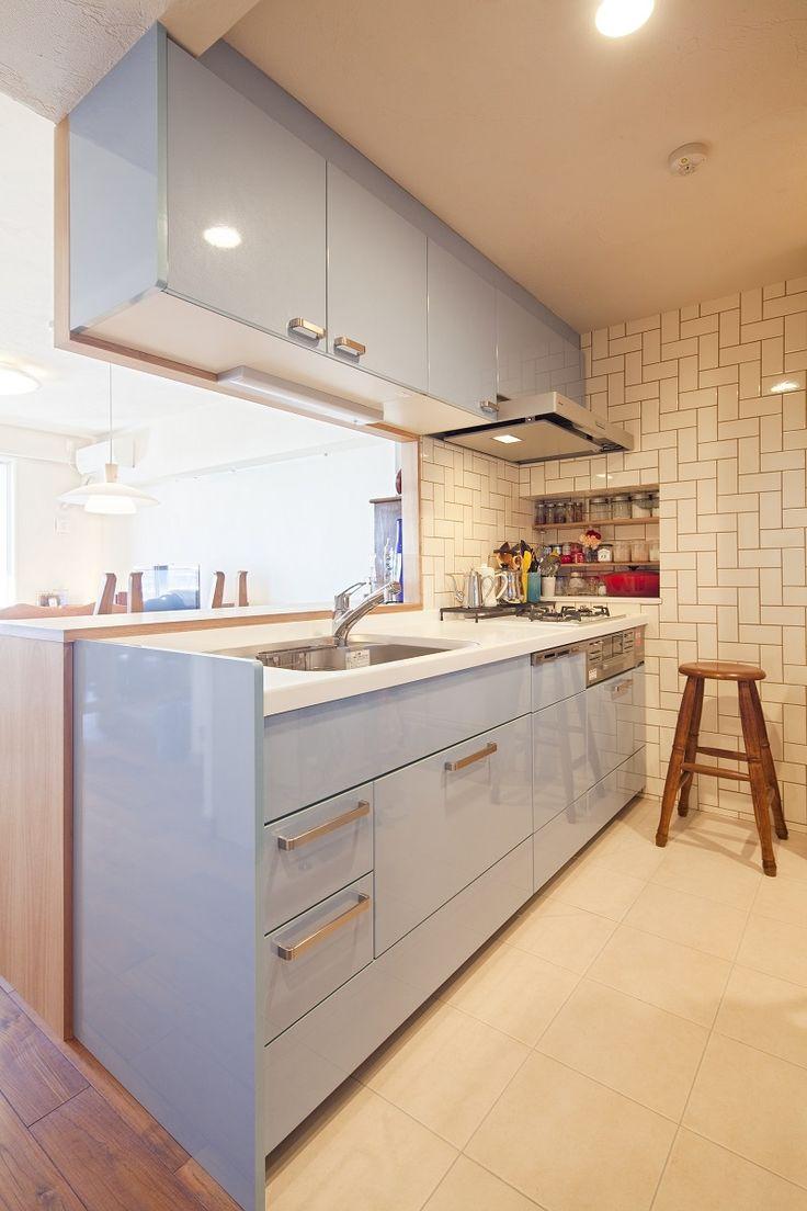 タイルの色味、配置、キッチンとのバランスを考え、わくわくするようなかわいいキッチンに。ニッチの棚には、飾る様に調味料を。 専門家:株式会社 夢工房が手掛けた、タイルが魅せる、お気に入りのキッチン(ナチュラルリノベーションで家族を楽しむ住まい)の詳細ページ。新築戸建、リフォーム、リノベーションの事例多数、SUVACO(スバコ)