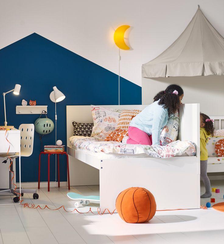 FLAXA bedframe met hoofdeinde en lattenbodem | #IKEAcatalogus #nieuw #2017 #IKEA #IKEAnl #slaapkamer #kinderen #lamp #maan #verlichting #kruk #speelgoed