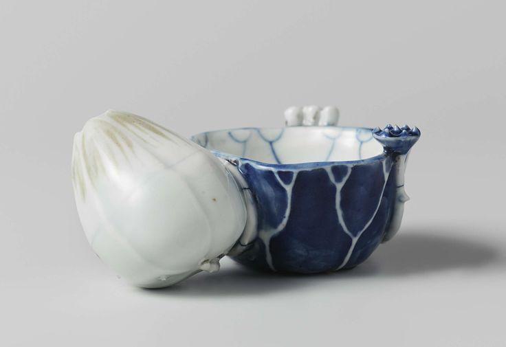 Anonymous | Waterdruppelaar lotusblad en knop, Anonymous, c. 1625 - c. 1650 | Watervat en -druppelaar gecombineerd in de vorm een lotusblad en -knop, de steel vormt het handvat en een klein knopje de penseelsteun. De twee delen hebben een gezamelijk waterkanaal, dat verborgen is achter een donkerbruin geglazuurde waterslak. De druppelaar heeft enkele toetsen van licht onderglazuur koperrood.