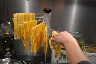 Hjemmelavet pasta hænges op på pastatårnet