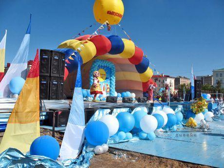 Оформление сцены воздушными шарами, тканями и дополнительным декором