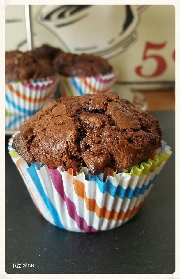 Coucou ! Cela fait un moment que je recherche un muffin moelleux, après plusieurs essais je tiens enfin la bonne recette. Un muffin au chocolat ultra moelleux ! Ingrédients : Le nombre est variable selon la taille de votre moule à muffins environ 13 muffins...