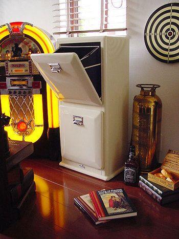 アメリカのレトロな雰囲気を出している2段式のゴミ箱。インテリアを壊さない、一見するとゴミ箱とは思えない存在感です。