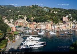 Portofino je nádherná rybářská vesnice. Její přístav je oblíbený mezi slavnými a Portofino se stalo jedním znejexkluzivnějších letovisek. Kromě jachet, luxusních obchodů, nádherných vydlážděných uliček kaváren stojí za to i večeře vněkteré ze zdejších romantických restaurací. Pokud máte dost času, vydejte se na procházku do lesa, užívejte si nádherné přírody a nasávejte všudypřítomnou vůni borovic. Knádherné procházce přímo vybízejí i pěšinky na výběžku nad vesnicí.