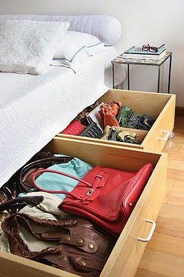 Como organizar as bolsas em casa...Tem gavetões na cama? Então aproveite para guardar aquelas que não couberam em outros espaços! Todo cantinho a mais é válido para deixar sua coleção sempre em ordem.