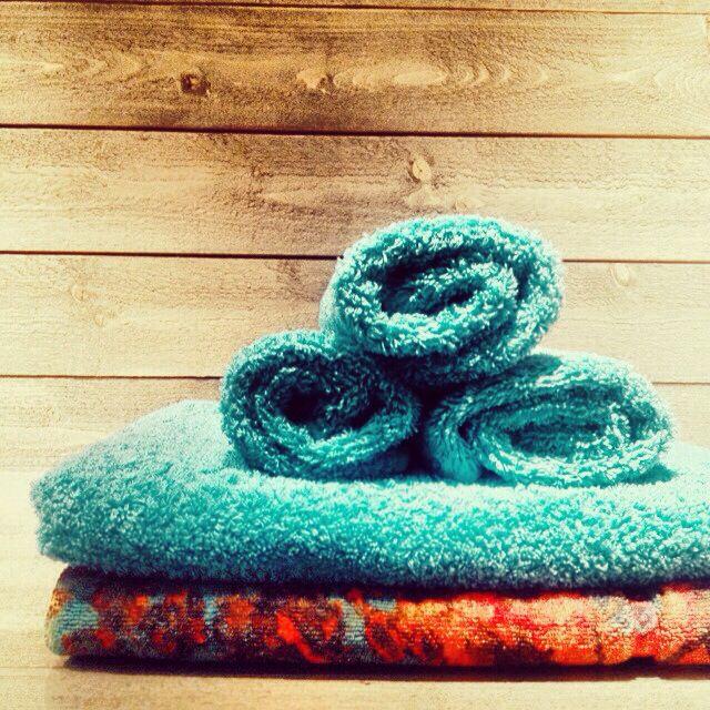 Handdukar och mönstrad badrumsmatta