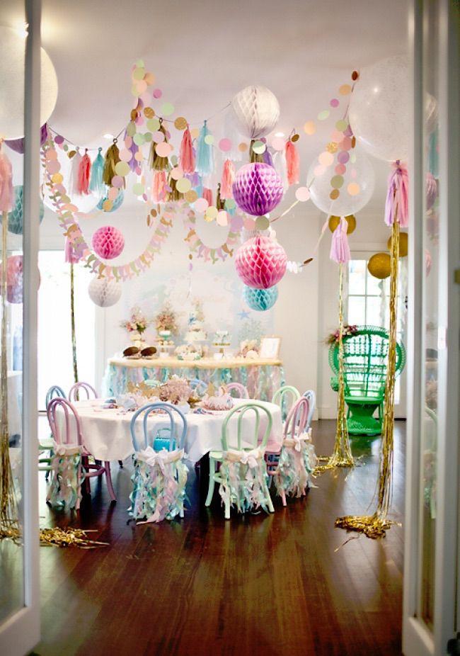 Cheia de brilho e igualmente divertida, essa festa repleta de cookies marinhos, cupcakes água do mar, pérolas adocicadase um teto lunático é perfeita para meninas amantes do mar.