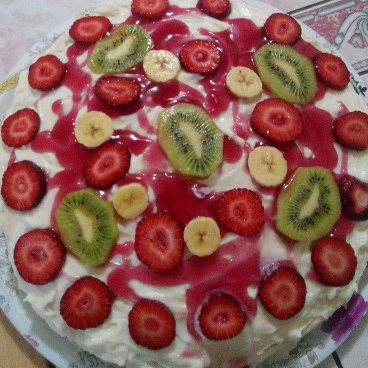 En güzel mutfak paylaşımları için kanalımıza abone olunuz. http://www.kadinika.com #mutfakgram #yemek_gram #yemek_istanbul #sonsuztarifler #instafood #sizinsunumlar #chefintarifleri #onlinelezzetler #sahanelezzetler #hayatburda #enlezzetlitarifler #mavipembesunum #yemekrium #kadinca_sunumlar #sunumönemlidir #lezzetlerim #lezzetli_tariflerle #lezzetli #paylasim_platformu #tarifsunum  Meyveli Pasta  Malzemeler: 4 yumurta 6 kahve fincanı seker 8 kahve fincanı un 1 tane soda 2 kabartma tozu 1…