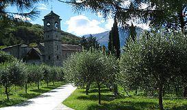 L'abbazia cistercense di Piona costituisce un raro gioiello di architettura romanica in Lombardia.
