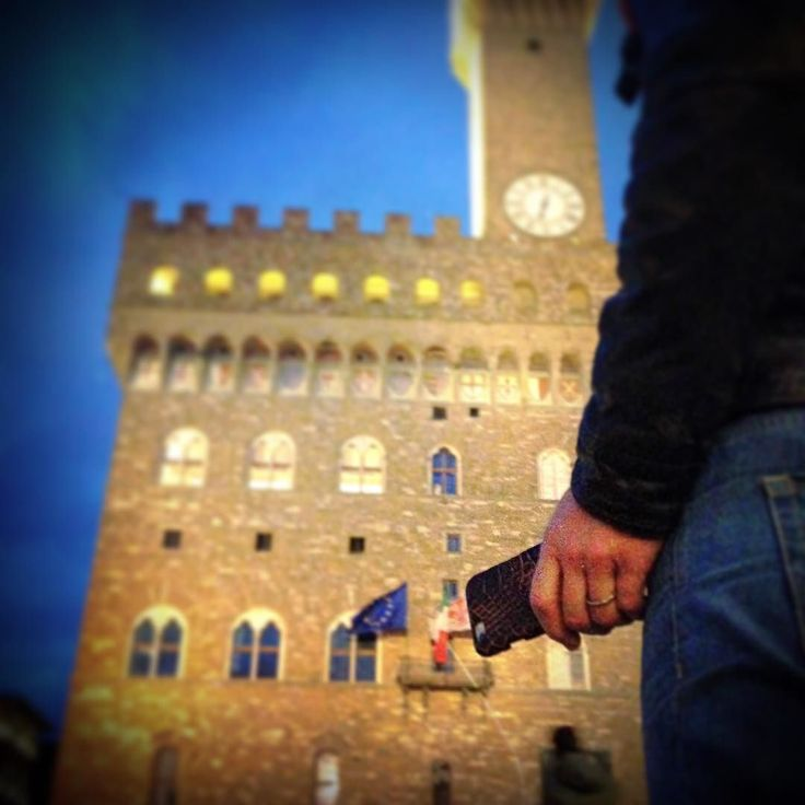 Visiting Florence with my iPhone 6 and my alligator case #florencebynight #alligatorcase #alligatoriphone #alligatoriphonecase #florencehandmade