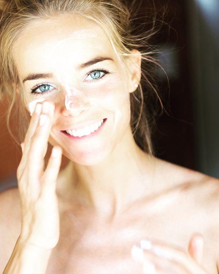 Chicas y chicos! Aquí les dejo unos consejos fáciles, rápidos y efectivos para el cuidado de tu piel:  Las mascarillas faciales nunca están demás, ayudan a hidratar la piel del rostro, al tiempo que previene la aparición de arrugas prematuras.  Si la piel es normal, preparar una mascarilla con yogurt y miel de aveja tonificará e hidratará.  Si la piel es grasosa, debes realizarte una mascarilla dos veces por semana con clara de huevo y limón, o variar por otra con avena y miel.  Si es de…