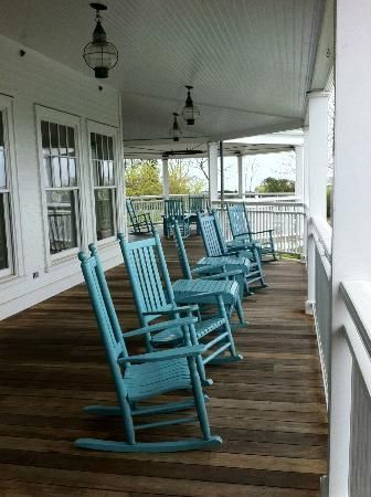 Rocking on a porch....Martha's Vineyard  Harbor View Hotel & Resort: The chairs!