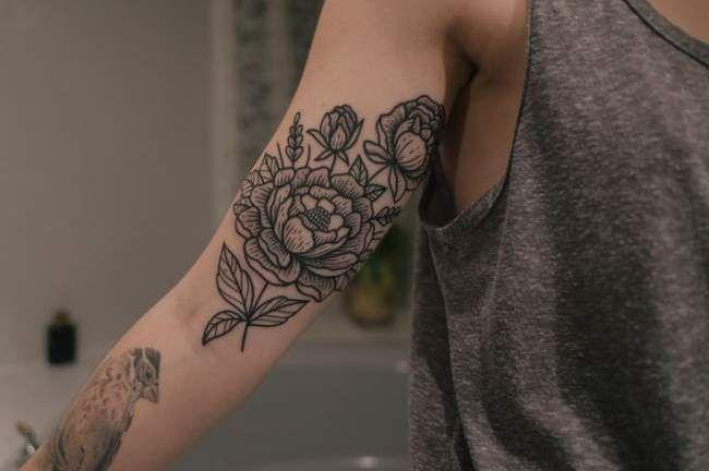 Tatouage femme bras fleur et oiseau en noir
