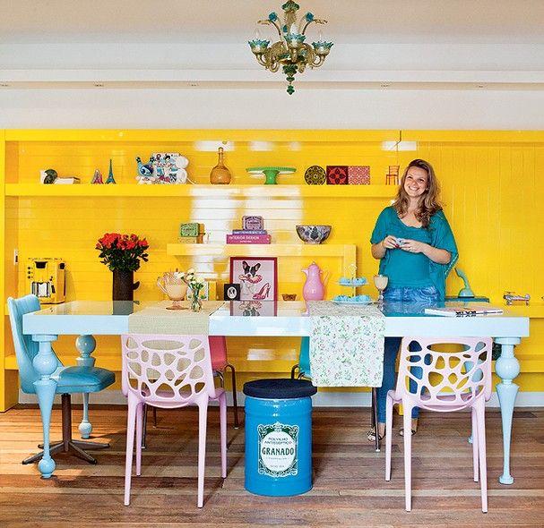 """""""Cadeiras de diferentes modelos compõem a mesa de jantar azul-bebê. As peças também têm tons pastéis e contrastam com o amarelo vibrante da estante projetada pela arquiteta Letícia Arcangeli"""" do site da revista casa e jardim"""