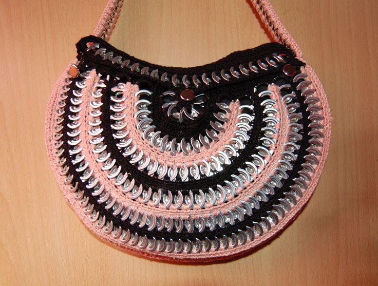 Bolso de ganchillo y anillas de latas de refrescos.  Tutorial http://www.youtube.com/watch?v=If0j6o4T6z4&list=PL069213D6CABC9D73