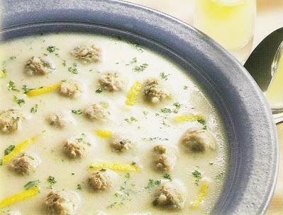 Terbiyeli Sulu Köfte nasıl yapılır? 1. Pirinç ayıklanır, sıcak su içinde onbeş dakika bekletilir, yıkanır, süzülür, pirinçler havanda biraz kırılır. 2. Kıymaya ince doğranmış soğan ve maydanoz, pirinç, tuz, karabiber ve iki yumurtanın sadece beyazları katılır, yoğrulur, yuvarlak küçük köfteler hazırlanır. 3. Sıvı yağ bir tavaya konur, köfteler (tava sallanarak), renkleri dönecek kadar kızartılır. 4. Bir tencereye tereyağı konur, eritilir, un katılır, hafifçe kavrulur, su katılır, kaynatılır…