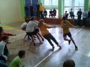 Szkolne zawody o miano Najsilniejszej Klasy odbywają się w krakowskiej szkole podstawowej. Aktywna przerwa w trakcie której emocje sięgnęły zenitu. Przeczytajcie fantastyczny opis zmagań i oberzyjcie filmiki!
