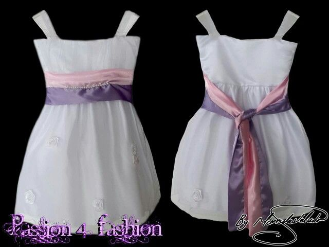 White flower girls dress with a lilac and pink belt detailed in pearls. Wiht a poofy bottom detailed with flowers. With a ruged bodice and shoulder straps. #mariselaveludo #flowergirl #flowergirldress #weddingretinue #wedding