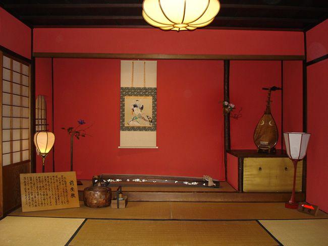 El Okiya o la Okiya es el lugar donde viven las Geishas y Maikos. Son casas de madera antiguas, que han soportado terremotos e incendios.Tie...
