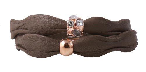 armbånd med khaki-brunt læder i bølgefacon - Til dette armbånd skal du bruge følgende materialer:  ca. 39cm. khaki-brunt læder i bølgefacon 1 stk. magnetlås, rød-forgyldt 5mm 1 stk. perle i rød forgyldt stål 1 stk. perle i rød forgyldt stål med krystaller + lim