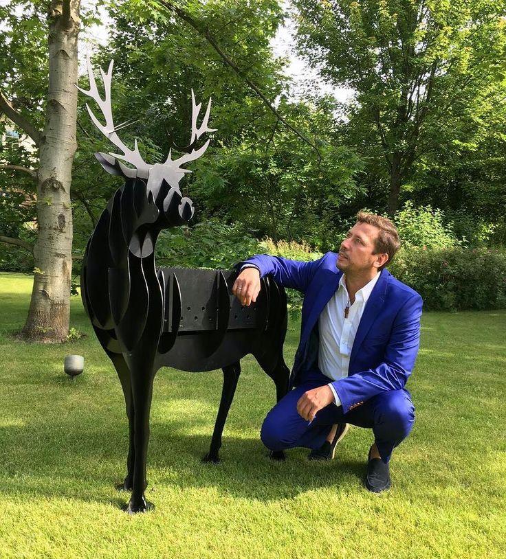 Мерзликин Андрей, актер театра и кино, кинорежиссер, телеведуший, (@merzlikinandrey) в Instagram: «Вспоминая выходные и разбирая подарки, вспомнили о великолепном сюрпризе! Артобьект! Украшение…»
