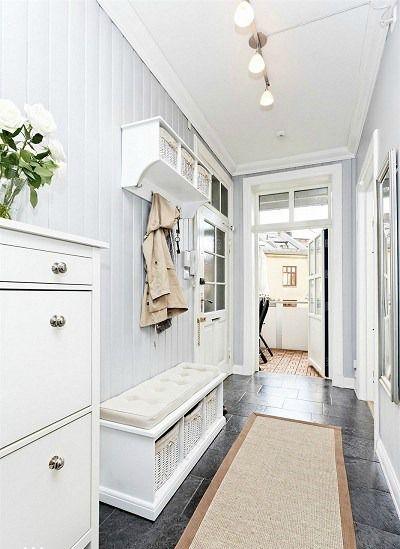 Skandynawski styl to minimalizm - w sam raz do niewielkiego przedpokoju. Fot.: Seart