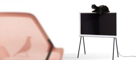Efter succén med Serif TV lanserar nu Samsung The Frame, en TV som inte bara ser ut precis som en tavla med sin klassiska inramning utan även fungerar som detsamma när du aktiverar Art Mode. Istället för att stänga av skärmen och ha en stor svart klump på väggen så övergår skärmen till att visa digital konst, som du själv väljer. Samsungs initiala samling innefattar mer än 100 konstverk i olika stilar för att du ska kunna anpassa sil och miljö. Ljusstyrkan anpassas också efter ljuset i…