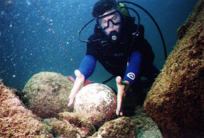 """Drones subaquáticos terão encontrado o navio português """"Flor do Mar"""", que  naufragou em 1511 no estreito de Malaca, contendo o tesouro roubado  destinado a D. Manuel I de Portugal, noticiou o jornal malaio """"The Star  Online""""."""