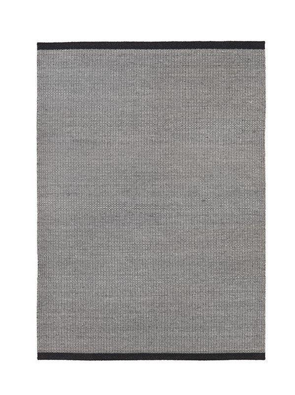 Fabula+Balder+Kelimtæppe+-+Sort+og+grå+-+Moderne+og+stilrent+uldtæppe+i+sort+og+grå+med+vævet+mønster+i+midten.+Tæppet+er+200x300+cm+og+er+håndvævet+af+uld+fra+New+Zealand,+som+gør+tæppet+unikt.+Den+sorte+kant+skaber+en+elegant+afslutning,+som+passer+ind+i+de+fleste+hjem.+De+skjulte+trådender+gør+det+muligt+at+vende+tæppet.+Det+er+muligt+at+få+tæppet+i+andre+størrelser+og+farver,+hvilket+gør+tæppet+alsidigt+og+anvendeligt+i+alle+rum.