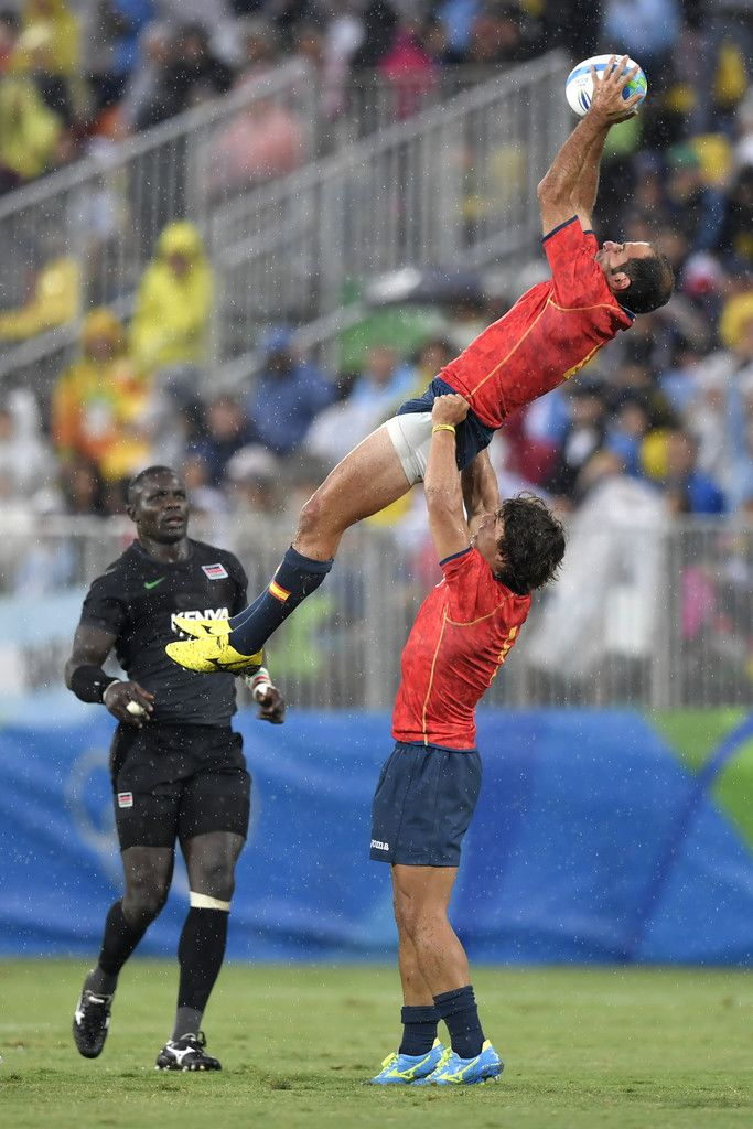 Spain's Pablo Feijoo catches the ball in the mens rugby sevens match between Spain and Kenya during the Rio 2016 Olympic Games at Deodoro Stadium in Rio de Janeiro on August 10, 2016. / AFP / PHILIPPE LOPEZ