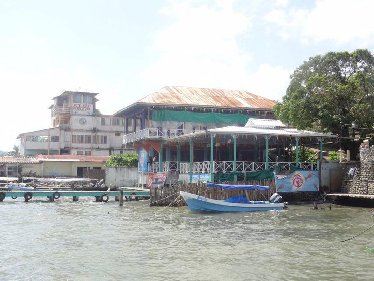 Ville de 25 000 habitants, Livingston est une ville unique au Guatemala. Déjà pour y aller, car aucune route relie actuellement Livingston du reste du Guatemala, étant donné que cette ville se trouve sur les Caraïbes et sur le Rio Dulce. Seul les transports maritimes permettent d'entrée et de sortir du pays; Des transports maritimes à destination du Belize mais aussi du Honduras ma prochaine étape.