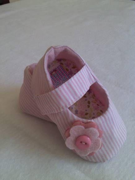 Sapatinho em tecido forrado com feltro, detalhes em feltro, fêcho com velcro Para bebês de 0 a 9 meses R$ 42,00