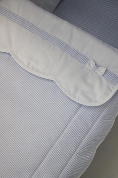 Conjunto en pique canutillo rayitas azules y blancas en relieve. Detalle lacito zapatero en la solapa.