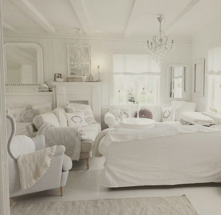Buon pomeriggio…  Solvi ha ristrutturato un'antica casa di campagna risalente al 1640 in Svezia e l'ha arredata in un total white Shab...