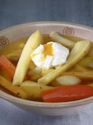Bouillon van wortelgroenten met gepocheerd ei