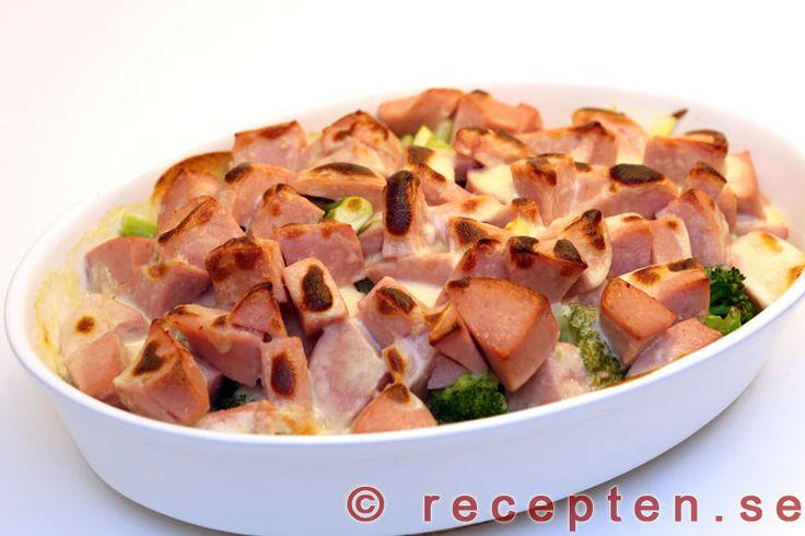 Korvgratäng - Mycket gott och enkel korvgratäng med falukorv, broccoli och ostsås. Bilder steg för steg.
