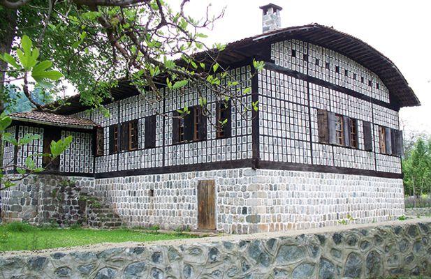 """Karadeniz Evlerini Birbirinden Ayıran Farklar Neler?  Uzmanlar; """"Kuzey Anadolu verileri ahşap yapıyı, Orta Anadolu kerpiç ve taş yapıyı, batı Anadolu'nun taş yapıyı ve Güney Anadolu'nun verileri ahşap-taş yapıyı ortaya çıkarmıştır"""" diyorlarsa da, Laz, Gürcü-Hemşin ve Yusufeli yapı mimarisinde """"Serender"""" ve """"Bagen-Hayvan evi"""" hariç konutlarda kerpiç dışında diğer yapı malzemeleri kullanılmaktadır.  Laz evlerinin, Gürcü ve Hemşin ve diğer Anadolu evleri ile dış ve iç mekânsal farklılıklar…"""