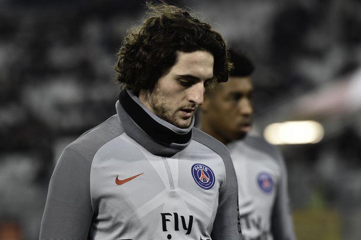 Selon Le Parisien, l'international français se pose pas mal de questions sur son avenir et attend le prochain mercato estival du PSG pour se prononcer.