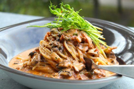 Krämig pasta med bacon och champinjoner