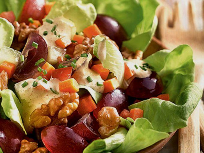 Nada mejor que para equilibrar la dieta en la semana que una ensalada deliciosa y súper fácil de hacer, sólo necesitas apio, nueces, uvas, mandarina, aceitunas y pollo. Te compartimos la receta.