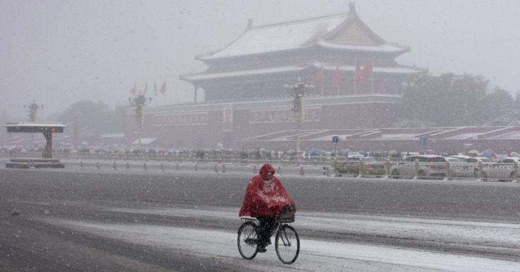 Ciclista passa por avenida de Tiananmen em meio a uma forte nevasca em Pequim, na China