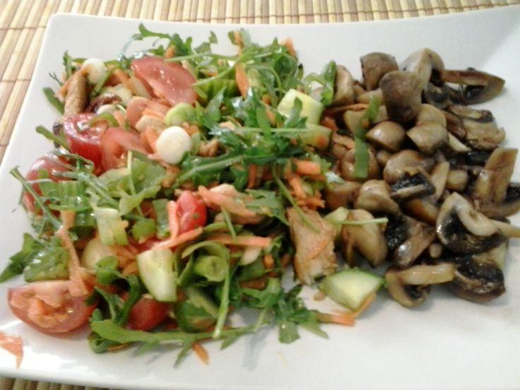 Gemengde salade en gebakken champignons.