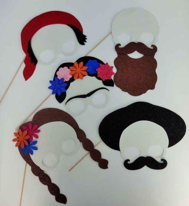 O crea máscaras temáticas para que tus invitados se diviertan.
