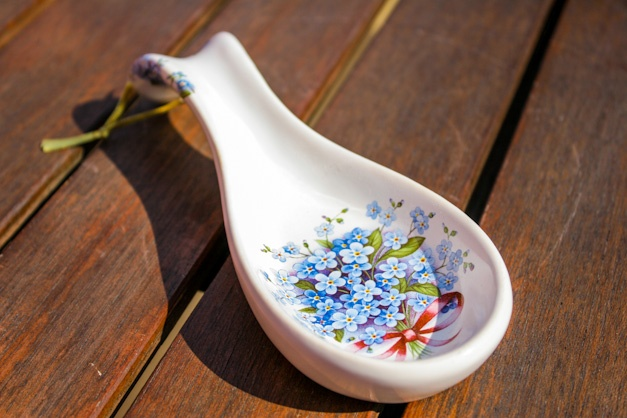Cooking spoon rest - Handmade ceramic spoon rest decorated with forget-me-not. Perfect for keeping your kitchen clean while cooking.