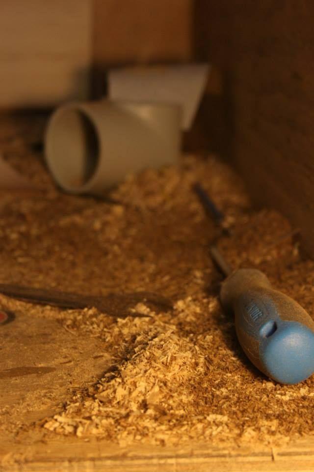 Ogni vano atto a contenere parti elettroniche o meccaniche è studiato appositamente per togliere la minore quantità di legno possibile, preservando così il timbro del legno e dando allo strumento un sustain invidiabile.