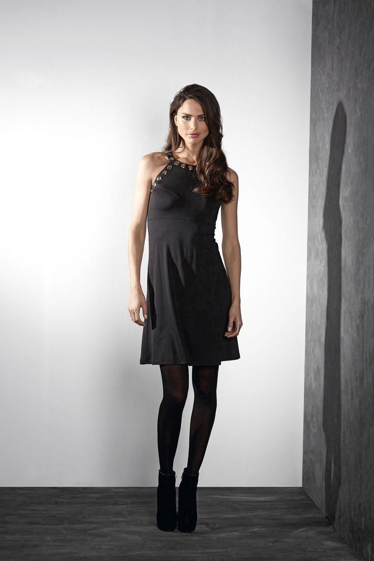 ROCK 'N' BOLD Czarna, krótka sukienka bez rękawów, fason w kształcie litery A, z ozdobnymi okami, 189 zł.